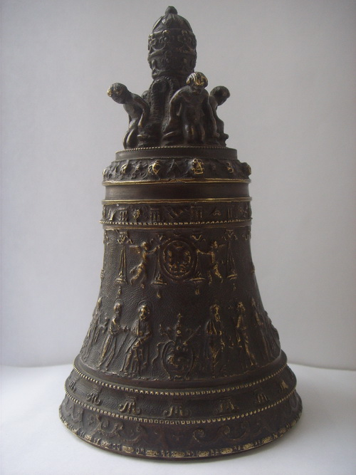 Бронзовый колокольчик – копия 9-тонного колокола, висящего в соборе св. Петра в Риме
