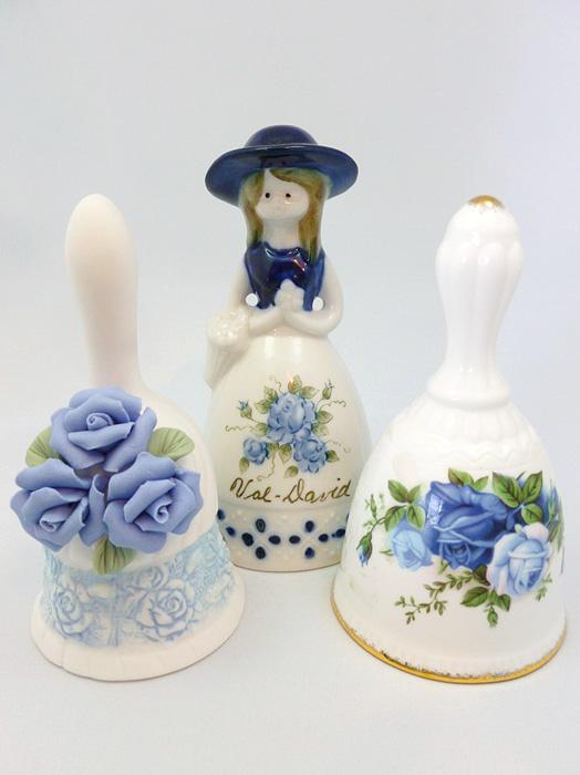 Колокольчики с синими розами