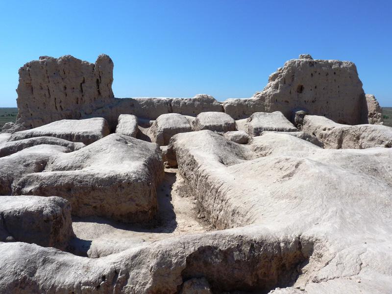 Остатки стен и фундаменты строений в Гяур-Кале