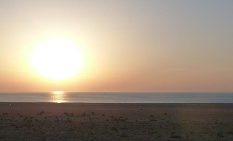 Солнце уже поднялось над водной гладью