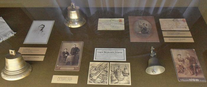 Колокольчики в витрине Музея уездного города