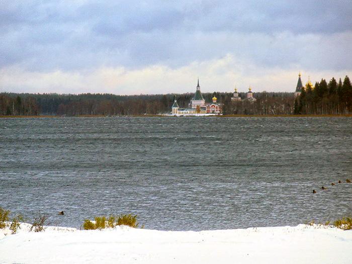 Валдайское озеро и вид на Иверский монастырь