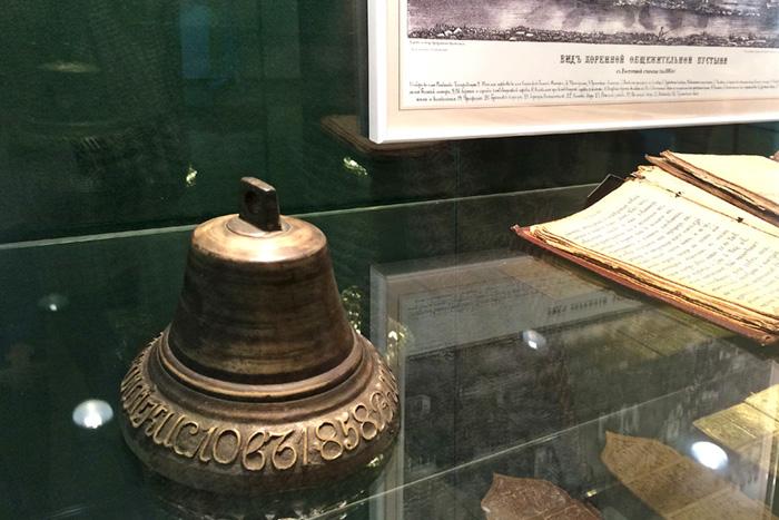 В центре представлены и старинные бронзовые колокола